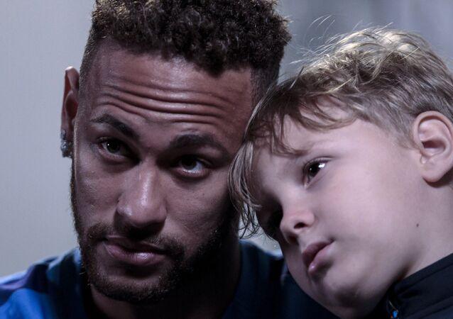 Neymar, oğlu Davi Lucca ile birlikte Neymar Gençlik Projesi Enstitüsü'nde AFP'ye röportaj verdi.