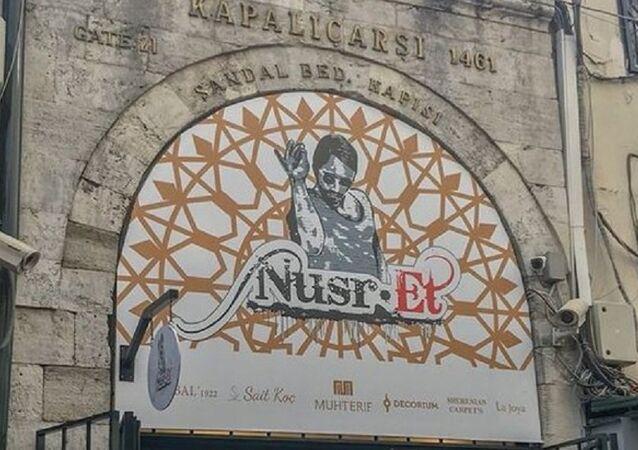 Kapalıçarşı, Sandal Bedastanı Kapısı, Nusr-Et lokantası tabelası