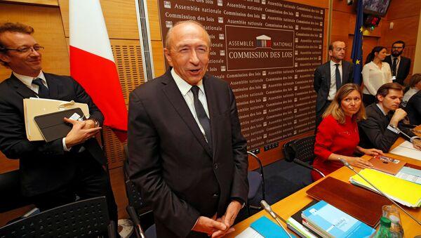 Fransa İçişleri Bakanı Gerard Collomb, Cumhurbaşkanı Macron'un koruması Benalla'nın göstericileri dövmesi skandalıyla ilgili 2 saat boyunca parlamentoda milletvekillerinin sorularını yanıtladı. - Sputnik Türkiye