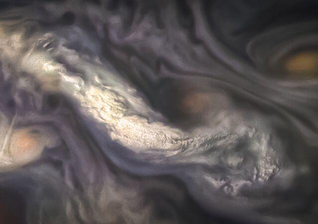 NASA, Jüpiter'deki sıra dışı bulutları gösterdi