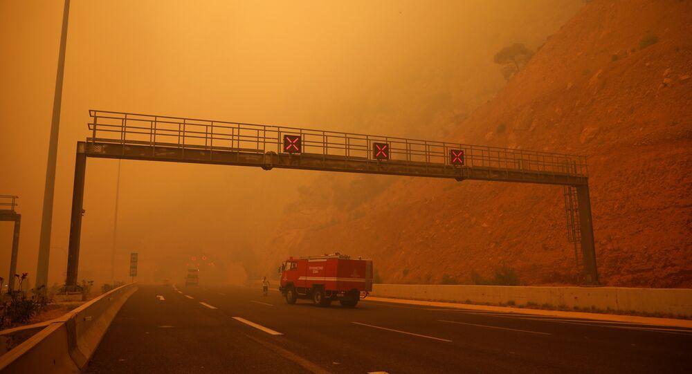 Şiddetli rüzgârın da etkisiyle büyüyen yangın, Kineta'nın Galini, Panorama ve Marula yerleşim alanlarını sarınca itfaiye, bölge sakinlerinin evlerini terk etmelerini istedi.