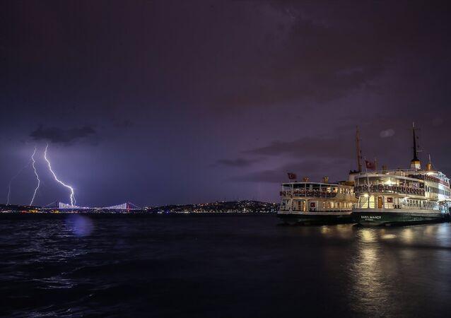 İstanbul'da birçok bölgede yağışla birlikte şimşekler gözleniyor