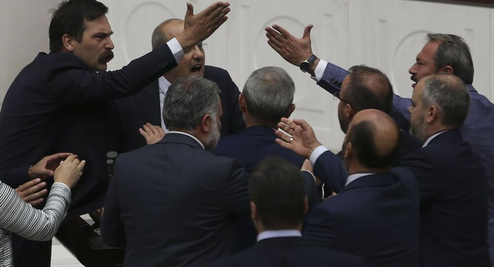 HDP İstanbul Milletvekili Ahmet Şık'a Meclis'ten geçici olarak iki birleşim çıkarılma cezası verildi