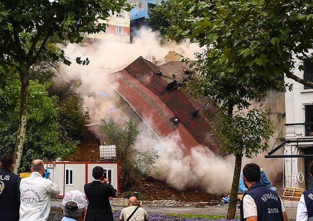 Beyoğlu Sütlüce'de zemininde toprak kayması oluşan bina çöktü.