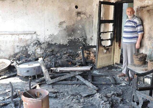 Eskişehir'de yaşayan 70 yaşındaki Selettin Keleş, dumanla arıları kovalamak isterken evini yaktı.