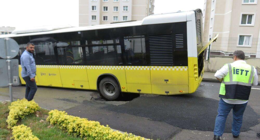 İstanbul'da yol çöktü, İETT otobüsünün tekeri çukura düştü