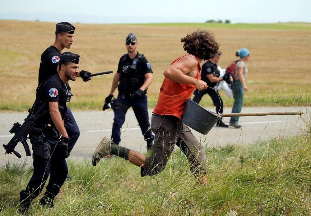 Polisin müdahale ettiği eylem yarışın bir süre durmasına neden oldu.