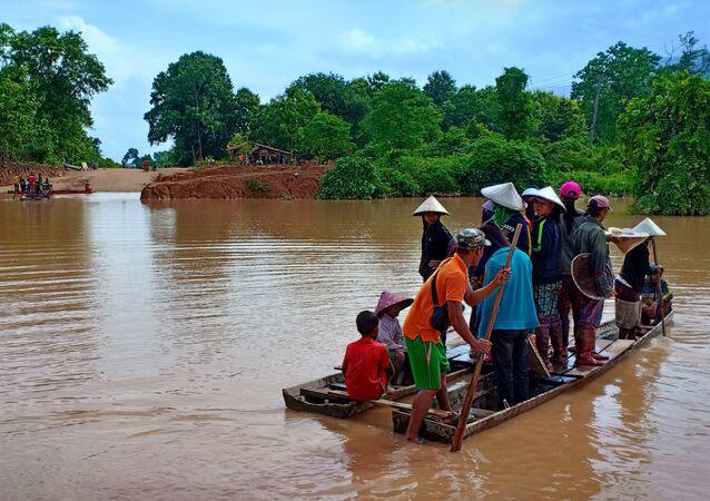 Laos'ta baraj çöktü