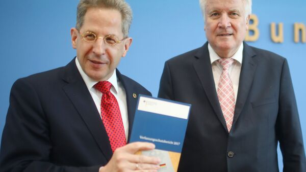 Almanya İçişleri Bakanı Horst Seehofer ile Anayasayı Koruma Teşkilatı (BfV) Başkanı Hans Georg Maassen, kurumun 2017 raporunu ortak basın toplantısı düzenleyerek açıkladı. - Sputnik Türkiye
