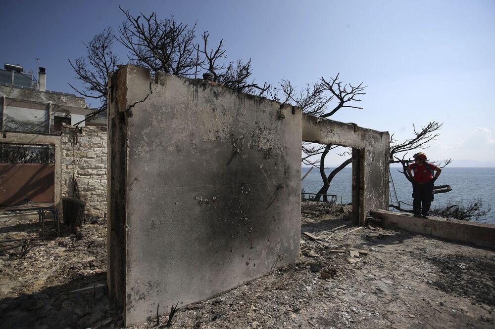 Son günlerde Yunanistan'da hava çok sıcak, 40 derece. Pazartesi gününden itibaren şiddetli rüzgar da esmeye başladı ve sonuç olarak itfaiyeciler yangını söndüremediler.