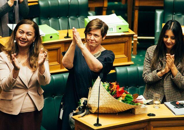 Yeni Zelanda Yeşiller Partisi milletvekilleri, ücretli ev içi şiddet izni yasasının kabulünü kutladı.