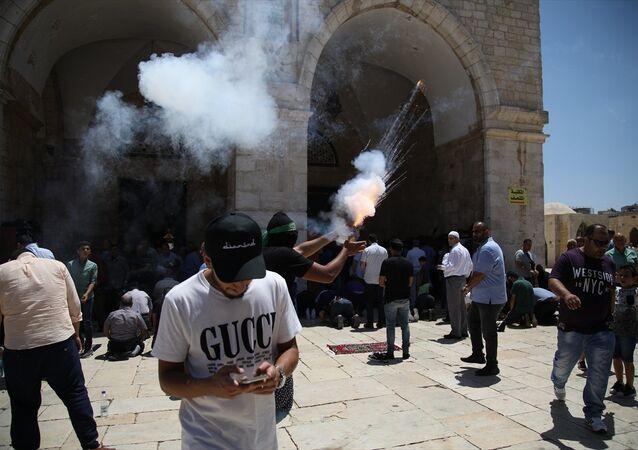 Kudüs'teki Mescid-i Aksa'da 27 Temmuz 2018'de gergin cuma: Filistinliler İsrail polisine havai fişek attı, İsrail polisi gaz ve ses bombasıyla müdahale etti.