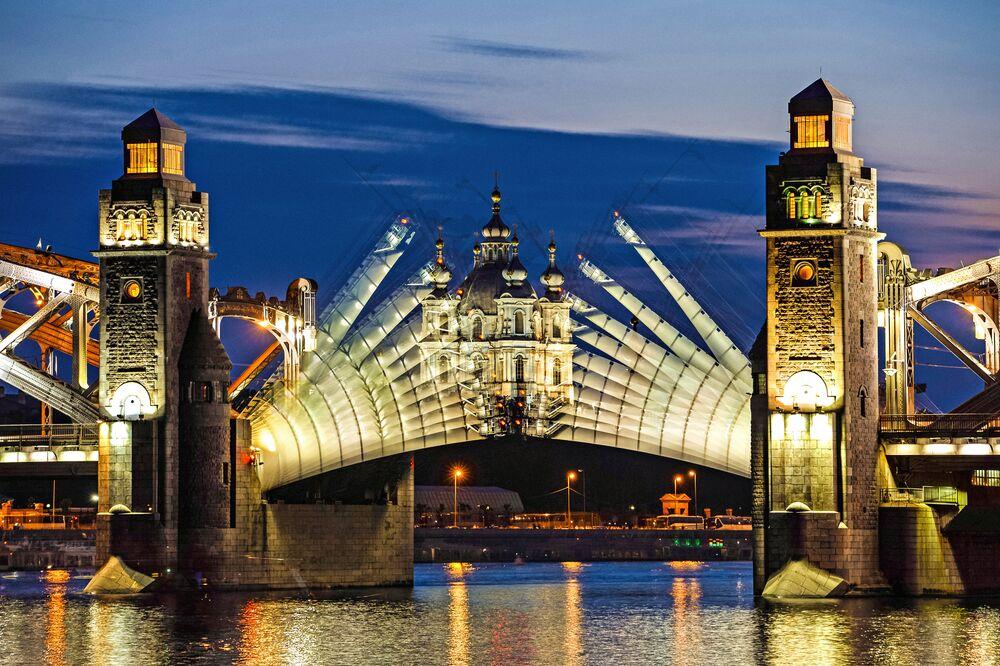 St. Petersburg'daki beyaz geceler sırasında Büyük Petro Köprüsü açılıyor.