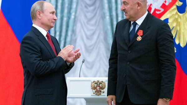 Putin, Çerçesov'a Aleksandr Nevski Nişanı'nı bizzat takdim etti. - Sputnik Türkiye