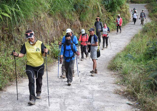 Rinjani Dağı'ndan inen Endonezyalı ve yabancı tırmanışçılar