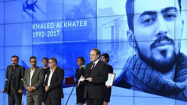 Rusya Devlet Başkanı Vladimir Putin, Khaled Al Khatib'i Cesaret Madalyası ile ödüllendiren kararnameyi Nisan 2018'de imzaladı. Bu madalya, El Khatib ile birlikte çalışan operatör, şoför ve Khaled el-Khatib'in babasına da verildi. - Sputnik Türkiye