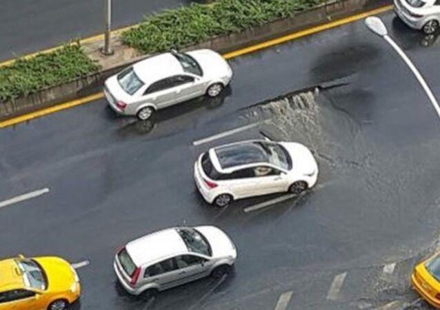 Ankara'da sağanak nedeniyle yol çöktü