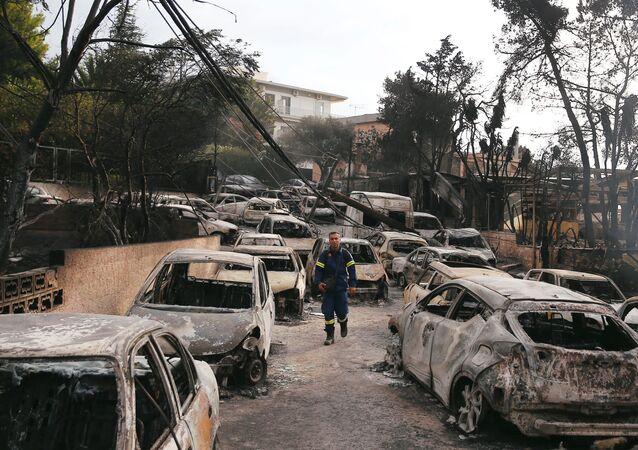 Yunanistan'ın başkenti Atina'nın sahil bölgesi Mati'de yangın felaketinde kavrulan araçlar arasında itfaiye eri