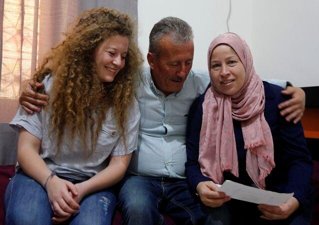 Ahed Tamimi anne ve babasıyla