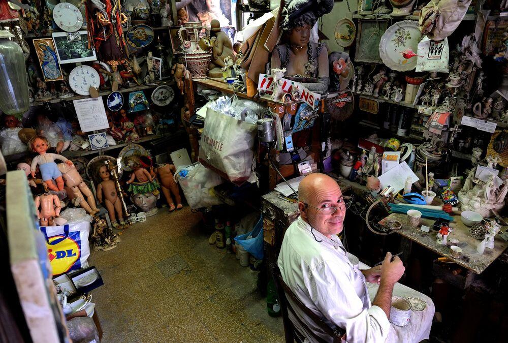 Dükkan ilk açıldığı zamadan beri bir aile işletmesi olarak kalmış. Şu anda annesi ile birlikte dükkanı işleten 56 yaşındaki Federico Squatriti Ekonomik canlanmayla birlikte bizim de işlerimiz çoğaldı. Önce koleksiyonerler geldi, küçük koleksiyonerler. Ardından insanlar eski objelerini tamir ettirmek istedi. Dükkan bu şekilde büyüdü dedi. Federico'nun büyükannesi, anne ve babası ve kuzenleri dönem dönem dükkanda çalışmış ve prenseslerin,entelektüellerin ve aktörlerin değer  verdikleri eşyaları onarmış. Dükkan çok sayıda müşterinin unuttuğu kuklalar, oyuncak askerler ve seramik figürlerle dolmuş taşıyor.