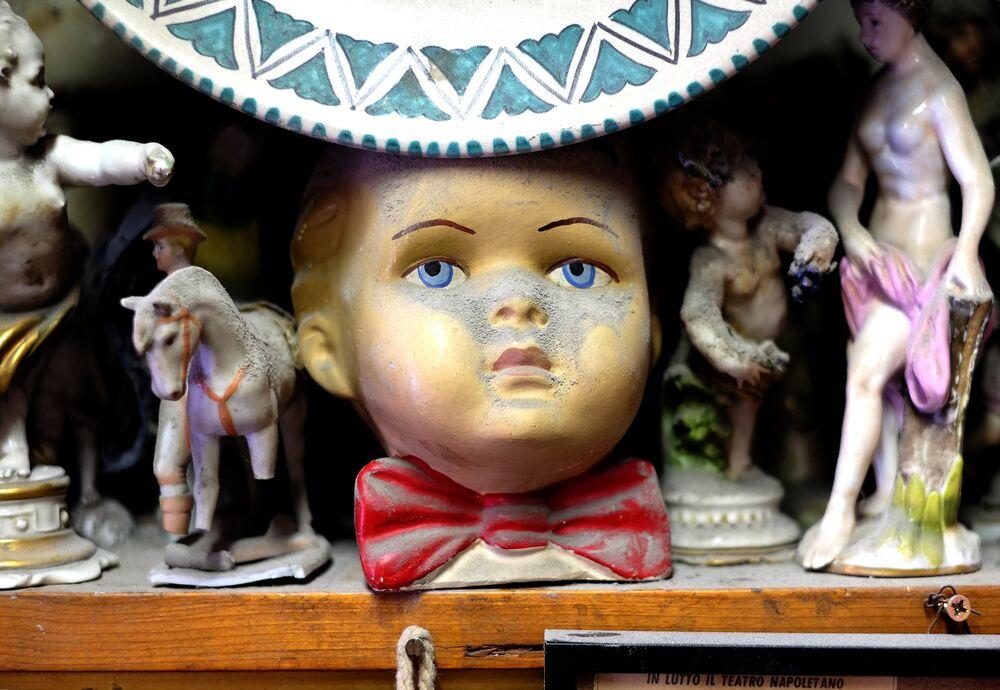 Dükkanın vitrininde, raflarda ve özellikle de dükkanın kilerinde çok sayıda yarısı sağlam eski eser var. Çalışanlar oyuncak bebek parçaları ile dolu olan kilere ürkütücülüğünden dolayı kendi aralarında 'araf' adını takmış.