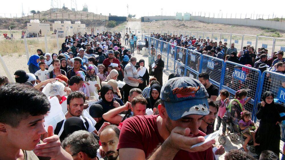 Kurban Bayramı için ülkelerine giden Suriyelilerin, bir an önce işlem yaptırıp sınırı geçmek istemesi izdihama yol açtı