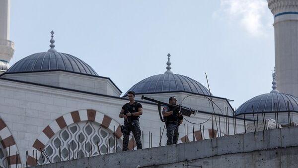 DHA'nın servis ettiği fotoğraflarda, polislerden birinin füze taşıdığı görüldü. - Sputnik Türkiye