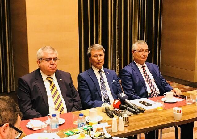 Yusuf Halaçoğlu (ortada), Özcan Yeniçeri (sağda) ve Nevzat Bor (solda)