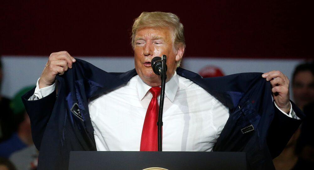 Donald Trump, Ohio'daki 'Amerika'yı yeniden muhteşem yap' mitinginde sıcaktan yakınırken