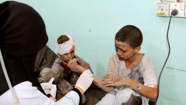 Suudi Arabistan'ın Yemen'in Sada bölgesine düzenlediği hava saldırısında hedef alınan okul otobüsünde yaralanan çocuklar - Sputnik Türkiye