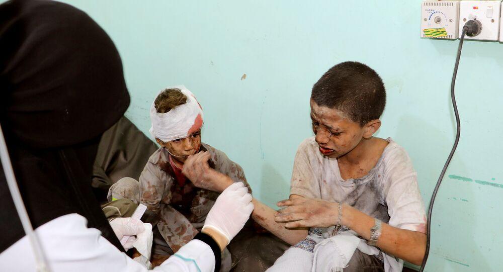 Suudi Arabistan'ın Yemen'in Sada bölgesine düzenlediği hava saldırısında hedef alınan okul otobüsünde yaralanan çocuklar