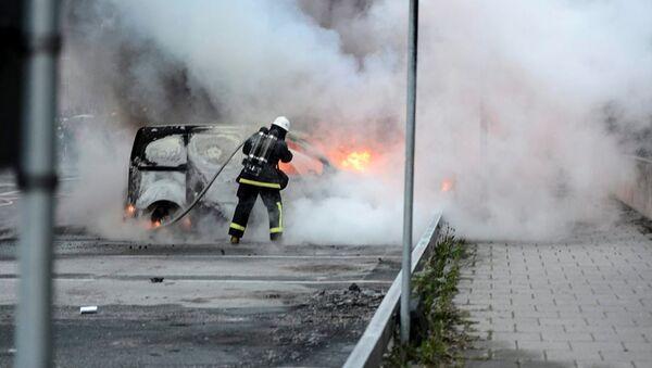 İsveç'in çeşitli kentlerinde 97 araç kundaklandı - Sputnik Türkiye