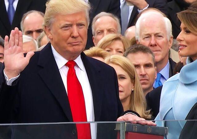 Eşi Melania'nın eşlik ettiği Donald Trump, kendisine ve Abraham Lincoln'a ait iki İncil'e el basarak başkanlık yemini ederken