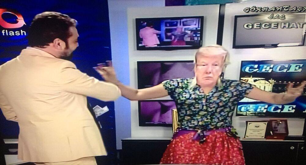 Flash TV sunucusundan dolar protestosu: Trump maskesi takarak dans eden kadına dolar fırlattı