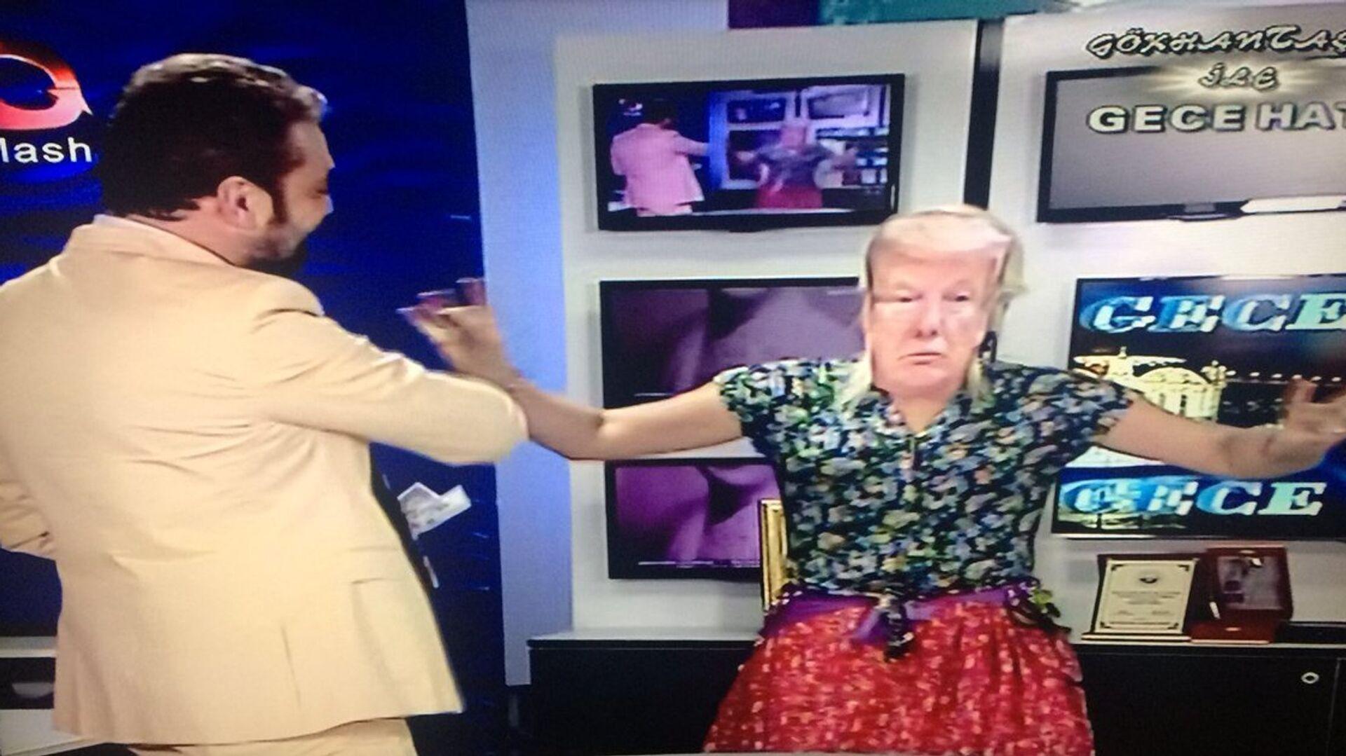 Flash TV sunucusundan dolar protestosu: Trump maskesi takarak dans eden kadına dolar fırlattı - Sputnik Türkiye, 1920, 25.04.2021