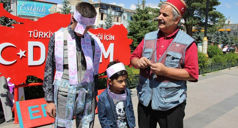 Oğlunun belden aşağısına dolar, yukarısına Türk Lirası yapıştırarak ABD'yi protesto etti