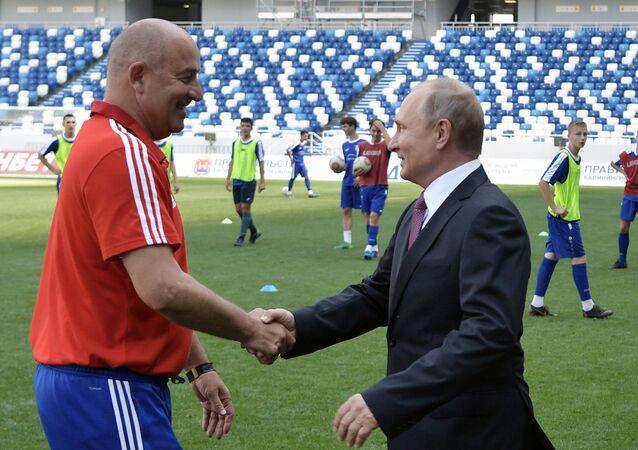 Rusya Milli Takımı'nın Teknik Direktörü Stanislav Çerçesov ve Rusya Devlet Başkanı Vladimir Putin