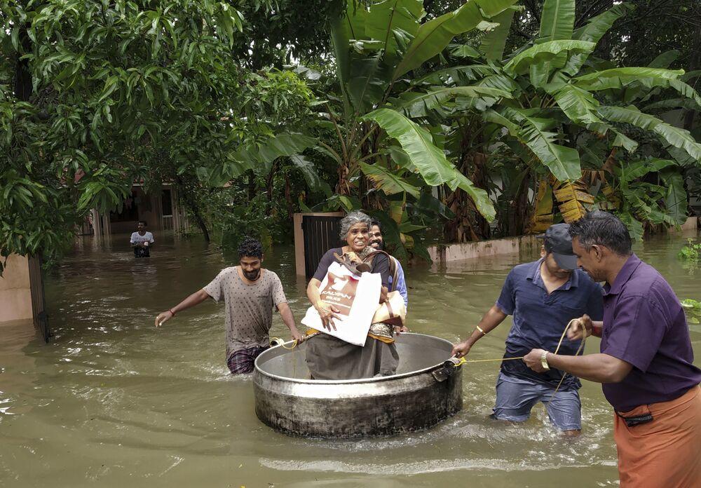 Hindistan Hava Kuvvetleri ve orduya mensup kurtarma ekipleri dün Kerala'nın farklı bölgelerinde mahsur kalan insanlara gıda yardımı ulaştırmıştı. Kurtarma ekipleri botlar ve helikopterlerle çatılardaki insanları kurtarmak için zamana karşı yarışırken hala sel nedeniyle mahsur kalan çok sayıda insan olduğu belirtiliyor.  Başbakan Narendra Modi'nin de bugün Kerala'ya gideceği, cumartesi günü de selden etkilenen bölgeleri havadan inceleyeceği açıklandı.