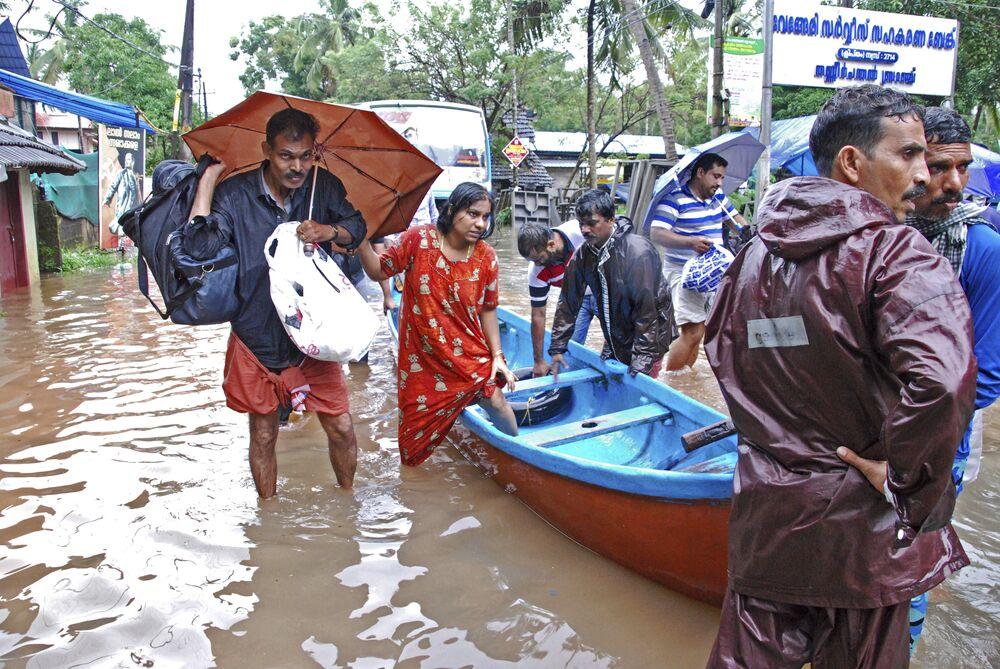 Hindistanlı meteoroloji yetkilileri şiddetli yağışın cumartesi gününe kadar süreceğini duyurdu. Eyaletin 14 bölgesinden 13'ü için kırmızı alarm verilmiş durumda. Selden en çok etkilnen bölgenin ise Idukki olduğu açıklandı.