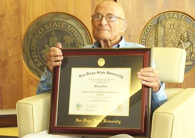 1935'teki mezuniyeti kaçırdığı için, diplomasını 105 yaşında aldı