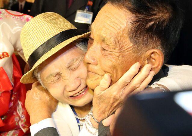 Kuzey ve Güney Koreli aileler buluştu