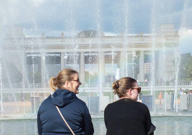 Gorki Parkı ziyaretçileri fiskiyenin yanında.