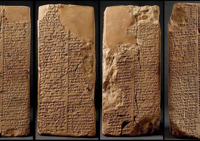 Dünya üzerinde ilk yazıyı MÖ.3300'lü yıllarda bulan Sümerlerin çivi yazısı tabletleri