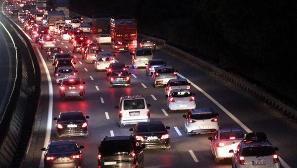 Kurban Bayramı tatilini İstanbul dışında geçiren vatandaşların eve dönüş yolculuğu nedeniyle Anadolu Otoyolu'nun Sakarya kesiminde trafik yoğunluğu yaşanıyor. - Sputnik Türkiye