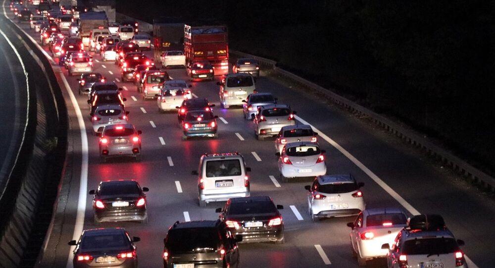 Kurban Bayramı tatilini İstanbul dışında geçiren vatandaşların eve dönüş yolculuğu nedeniyle Anadolu Otoyolu'nun Sakarya kesiminde trafik yoğunluğu yaşanıyor.