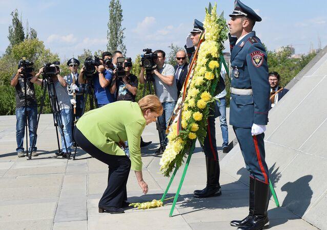 Almanya Başbakanı Angela Merkel, Erivan'daki 1915 anıtına çelenk bıraktı