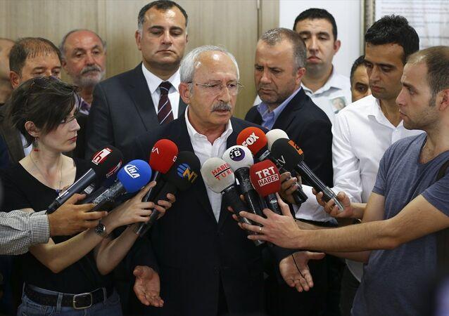 Ankara'da Çankaya Pir Sultan Abdal Cemevi'nde gazeteci Baki Özilhan'ın cenazesine katılan CHP Genel Başkanı Kemal Kılıçdaroğlu, basına açıklamalarda bulundu.