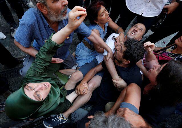 Cumartesi Anneleri 700. hafta eyleminde Arat Dink'in (sağda siyah tişörtlü) gözaltına alınmasını engelleme çabası