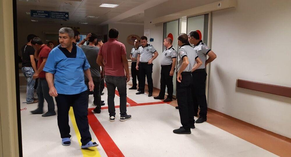 Siirt'te düğünde ateşlenen silahlardan dolayı kopan yüksek gerilim kabloları kalabalığın üzerine düştü; 2'si ağır, 6 kişi yaralandı.