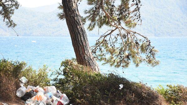 Kurban Bayramı tatilini Muğla'daki Akyaka Mahallesi'nde ormanlık alanda çadır ve karavanlarında geçirenlerin bıraktığı çöpler, tepkiye neden oldu. - Sputnik Türkiye